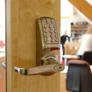 Codelocks elektronisch deurslot CL5010 op deur 2